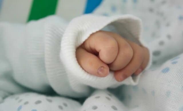 赤ちゃん 寝る バンザイ 注意